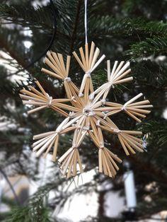 Snow Flakes Diy, Swedish Christmas, Christmas Crafts, Christmas Ornaments, Happy Holidays, Snowflakes, Dandelion, Seasons, Display