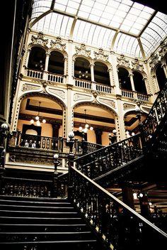 Hermosas escaleras en el Palacio de Correos de México o la Quinta Casa de Correos es uno de los edificios más emblemáticos y símbolo del Centro Histórico de la Ciudad de México.