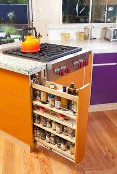 Cozinha. Gostei da idéia de aproveitamento de espaço do armário. Mas não da cor!