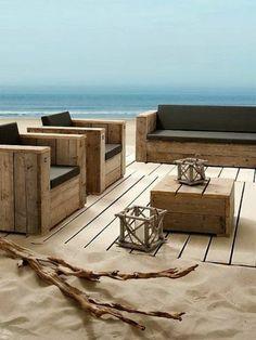 meubles pour la plage, fauteuil palette, deux pièces, canapé palette, table de jardin en palette basse, deux lanternes en bois en style rustique