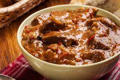 Υλικά  1 κιλό μοσχάρι (ελιά) 30 ελιές πράσινες μεγάλες 1 μεγάλο κρεμμύδι ξερό 3 φλιτζ. χυμό ντομάτας 4 κουτ. σούπας ελαιόλαδο 3 φύλλα δάφνης 15 κόκκους μπαχάρι 2 σκελίδες σκόρδο πολτοποιημένες 1 φλιτζ. κόκκινο κρασί Αλάτι, πιπέρι     Εκτέλεση  Κόβουμε το μοσχάρι σε μερίδες, το πλένουμε και το στραγγίζουμε καλά σε ένα σουρωτήρι. Σε μια βαθιά κατσαρόλα ζεσταίνουμε το ελαιόλαδο και προσθέτουμε το κρεμμύδι χονδροκομμένο και το σκόρδο