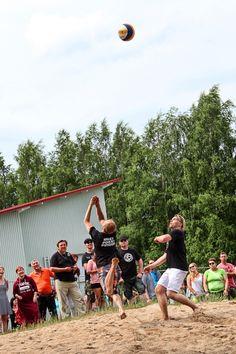 Iskelmän joukkue ja Neljänsuora pelasivat perinteisen lentopallo-ottelunsa Basketball Court, Sports, Hs Sports, Excercise, Sport, Exercise