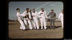 Instructor explica cómo usar un paracaídas a los pilotos en formación en Fort Worth, Texas, 1942.