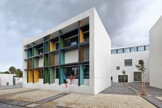 Completed in 2015 in Tel Aviv-Yafo, Israel. Images by Uzi Porat. This new elementary school is located in the neighborhood of Kohav Hatsafon in Tel Aviv. It is a modest building, with a white plaster exterior,. Kindergarten Architecture, Kindergarten Design, Education Architecture, Facade Architecture, School Architecture, Tel Aviv, School Building Design, School Design, Facade Design