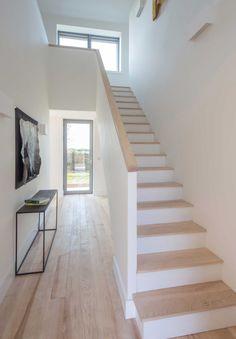 Mooie trap. Vind trapleuning op het wandje en in zelfde kleur als traptreden mooi en praktisch. Wel in combi met grijze betonlookvloer.