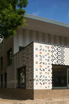 Rotterdam school decorated with tiles based on traditional Dutch patterns