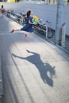 よわよわカメラウーマン日記 (Woman camera diary Yowayowa) She takes pictures of herself levitating every day.