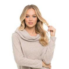 Uzun saç modelleri yazısı için kullanılan resimde, ortadan ayrık uzun saçlı sarışın bir kadın var.