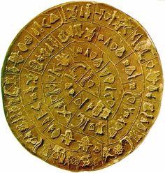 El arqueólogo italiano Luigi Pernier encontró el 3 de julio de 1908, en el transcurso de unas excavaciones llevadas a cabo en el palacio de Festos, un disco de arcilla de unos 15 cm de diámetro, impreso en sus dos caras por una serie de signos que parecen componer un mensaje jeroglífico.  Ese mensaje no ha dejado de inquietar a los estudiosos. El Disco de Festos ha sido visto como un calendario, un juego de la oca, una oración a la Gran Diosa, un inventario de bienes, un mensaje…