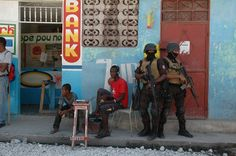 Google-kuvahaun tulos kohteessa http://cdn.c.photoshelter.com/img-get/I0000rDccBu7M4hg/s/850/680/Haitian-swat-in-UN-led-arrest-operation-Cite-de-Dieu-neighborhood-Port-au-Prince-Haiti-2008.jpg