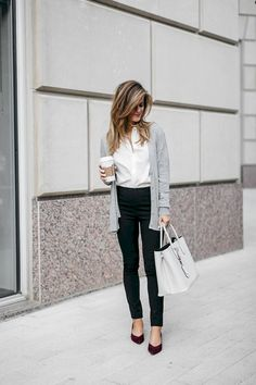 Lässiges Büro Outfit: Top gestylt für's Büro Take a look at the best casual outfits for the office in the photos below and get ideas for your outfits! Office Casual Outfit Ideas For Women Outfit ideas for your professionals to… Continue Reading → Everyday Casual Outfits, Stylish Work Outfits, Fall Outfits For Work, Work Casual, Office Outfits, Casual Work Outfit Winter, Office Attire, Spring Outfits, Work Outfits Women Over 50