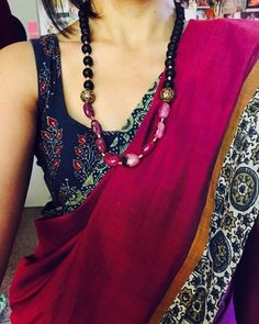 Looking for necklace to wear with sarees? Here are adorable necklace designs that you can wear from trendy to traditional sarees. Simple Sarees, Trendy Sarees, Saree Jackets, Saree Jewellery, Saree Look, Elegant Saree, Casual Saree, Traditional Sarees, Handloom Saree