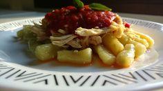 Nhoque de batata doce com frango, molho de tomate pelati e manjericão. Sem glúten e sem lactose.
