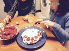 昨日のスポンジケーキがどうなったかというと、下半分が生焼けだったので、切った上半分の生焼け表面をフライパンで焼き、イチゴと生クリームを子ども達に盛り付けさせてごまかした……。消耗した…。