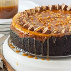 Indulge in this treat, not just any treat but a snickers cheesecake treat! More Creative Ways to Reuse Leftover Halloween Candy on Frugal Coupon Living. Cheesecake Aux Snickers, Snickers Torte, Cheesecake Recipes, Dessert Recipes, Desserts, Kraft Recipes, Chocolate Cheesecake, Candy Recipes, Food Cakes