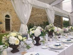 Tuscan medicean vases with white hidrangeas and blue fresias for rustic table decoration