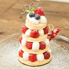 Plan to make Christmas cake with your kid? How about trying our recipe for super-easy but looking great Christmas tree cake! 『Merry Christmas』クリスマスツリーケーキ。お子様と一緒に楽しくデコレーションできる簡単ツリーケーキをご紹介します! スポンジを焼いて丸くくり抜いたら、生クリームとラズベリーを重ねて簡単にできるクリスマスケーキです♪ 生クリームでケーキをコーティングするナッペは必要ありません。