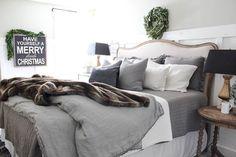Cozy cheerful farmhouse chrismas bedroom (51)