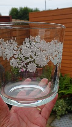 Glass engraving by Gizella. Engraving Art, Glass Engraving, Mason Jar Art, Glass Etching, Glass Art, Arts And Crafts, Carving, Vase, Table Decorations