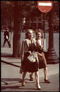 Women walking on the Champs-Elysées in Paris - - Rights Managed - Stock Photo - Corbis. World War II. Women walking on the Champs-Elysées in Paris (France) during the German occupation. Summer Photograph in colour by the SS Paul Augustin. Vintage Mode, Vintage Girls, Fashion Through The Decades, History Magazine, Dior, Old Paris, 1940s Fashion, Classic Fashion, Fashion Fashion