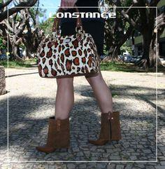 Luxo total esse look com bota de cano em camurça e bolsa baú em animal print. O que vocês acharam?  http://self.shoes/anklebootemcouro http://self.shoes/bolsabauempelo