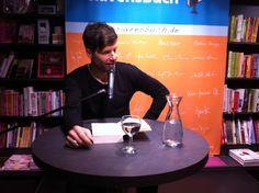Schauspieler Tim Bergmann vertrat den (unter Pseudonym schreibenden) Autor Max Bronski bei der Lesung zu dessen neuem Thriller DER TOD BIN ICH in der Buchhandlung RavensBuch in Friedrichshafen.