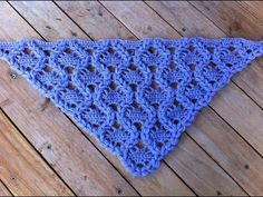What a lovely crochet stitch pattern! The bonus is that it's started in one corner. Châle au crochet tres facile tutoriel / chale en crochet muy facil