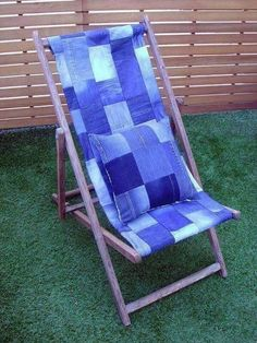 Denim deckchair: Pre-loved jeans made into sturdy panel from vintage frame. No directions. Artisanats Denim, Denim Rug, Denim Quilts, Denim Purse, Recycled Denim, Recycled Crafts, Picnic Quilt, Denim Ideas, Denim Crafts