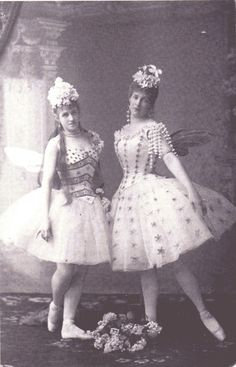 Marie Petipa as the Lilac Fairy in Sleeping Beauty with Lyubov Vishnevskaya as an attendant, Ballet beauties, sur les pointes ! Ballet Costumes, Dance Costumes, Fairy Costumes, Ballet Vintage, Vintage Circus, Day Dresses, Flower Girl Dresses, Fairies Photos, Russian Ballet