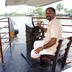 Geschickt steuert unser Kapitän das Hausboot durch die unzähligen Kanäle und Seen der Backwaters  #taipantouristik #india #indien #kerala #bootstour #hausboot #kapitän #immereinereisewert #rundreise #reiseblogger #wanderlust Goa, Backwaters, Seen, Kerala, Strand, Wanderlust, Indian, Round Trip, Orphan