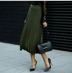 40 Outfit Ideas To Copy This Winter Season / Green Pleated Maxi Skirt Black Pumps Look Fashion, Autumn Fashion, Fashion Blogger Style, Womens Fashion, Fashion Trends, Street Fashion, Classic Fashion, 90s Fashion, Fashion Shoes