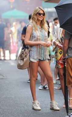 Street style: Kate Upton in Equipment shirt, Ray-Ban sunglasses, Alexander Wang bag, Isabel Marant sneakers
