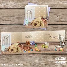 Sprookjesgeboortekaartjes met eigen foto Een vrolijke en kleurrijke sprookjes geboortekaart met een foto van jullie kindje in een babykamer. Met knuffelbeesten, schommelpaardje, speelgoedblokken, wiegje en speelgoed.