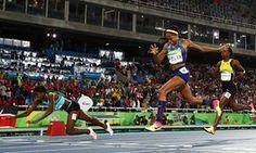 Shaunae Миллер с Багамских островов (Л) ныряет на финише, чтобы выиграть золотую медаль в беге на 400м финал впереди призер серебряный Эллисон Феликс из США (С) и бронзовый призер Shericka Джексон из Ямайки.