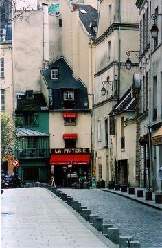Paris Street!!!! pase por alli y me llamo mucho la atencion esas 2 casitas!!