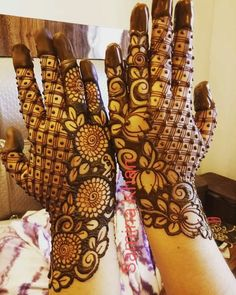 Can't get over the beauty of bridal Mehndi Designs for full hands? This full hand mehndi design with a mix of Indian and Arabic mehndi images is perfect for you! Get Amazing Collection of Full Hand Mehndi Design Ideas here. Round Mehndi Design, Rose Mehndi Designs, Full Hand Mehndi Designs, Henna Art Designs, Mehndi Designs For Girls, Indian Mehndi Designs, Mehndi Designs 2018, Mehndi Designs For Beginners, Stylish Mehndi Designs