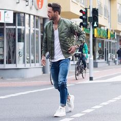 It's official guys, the Khaki bomber jacket is here to stay! magic_fox wears a khaki bomber jacket to perfect his street style look. Best White Sneakers, White Sneakers Outfit, Shoes Sneakers, Vêtements Goth Pastel, Alpha Industries Bomberjacke, Vêtement Harris Tweed, Faded Jeans, Man Style, Men's Fashion Styles
