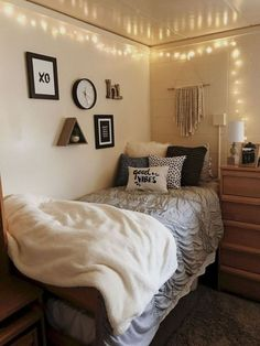 Dorm Room Inspo - Decoration Home Apartment Decoration, Apartment Bedroom Decor, Dorms Decor, College Dorm Decorations, Diy Dorm Decor, Small Room Bedroom, Small Rooms, Bedroom Ideas, Small Spaces
