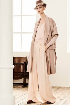 Max Mara Pre-Fall 2019 Collection - Vogue - Pin This Max Mara, Modest Fashion, Fashion Outfits, Fashion Trends, Power Dressing, Style Casual, Lookbook, Fashion Show Collection, Models