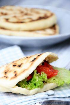 """addio pomidory: Batbout. """"Marokański batbout nazywane także mkhamer, toghrift albo matlou, to właściwie chlebek pita, tyle, że nie wymaga pieczenia w piekarniku. Tak jak w przypadku macy wystarczy sucha patelnia. """""""