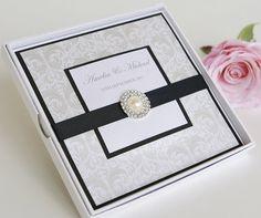 Una invitación de boda en sobre de cajita llena de glamour!