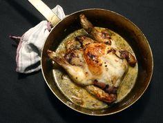 Im Ofen gebratenes Mistkratzerli an einer Sauce aus Weisswein, Schalotte, Blauen und Weissen Trauben, Kokosmilch und Safran, garniert mit frischem Rosmarin.