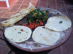 Tortillas hechas a mano calentandose en el comal.