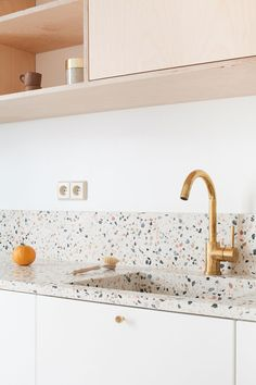 Kitchen tiles – terrazzo worktop with brass details – Haus Dekoration Kitchen Worktop, Living Room Kitchen, Terrazzo, Kitchen Remodel, Best Kitchen Cabinets, Kitchen Tiles, Minimalist Kitchen, Minimalist Kitchen Design, Kitchen Design