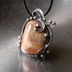 Elune (měsíční kámen) Náhrdelník z krásného měsíčního kamene - zdobeno cínem technikou Tiffany. Šperk je patinován,broušen,leštěn a ošetřen antioxidačním olejem proti povrchovým změnám. Přívěsek o velikosti 5,5 x 4 cm je zavěšen na kulaté kůži se zapínáním na karabinku,délka cca 48 cm. Na cínování polodrahokamů používám atestovaný bezolovnatý cín. ...
