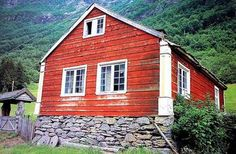 Berge farm, Fortun in Luster. The main building on a small farm built in the early part of the 1800s. Hardly eaves, horizontal panels, hjørnepilastre with classical details know houses from this period in parts of the west.