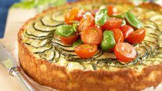 Kesäkurpitsa-fetapiirakka ja marinoidut tomaatit on näyttävä juhlapöydän suolainen tarjottava. Salmon Burgers, Vegetable Pizza, Pesto, Pie, Baking, Dinner, Vegetables, Breakfast, Ethnic Recipes