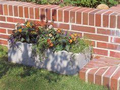 Dabei bekommen Blumenkübel und Tröge aus Beton nicht nur den Preispunkt. Sondern sie überzeugen auch noch mit weiteren Eigenschaften. Im Gegensatz zu teuren Terrakotta-Gefäßen ist Beton beispielsweise absolut frostfest, gerade wenn man flüssige Kunststoffzusätze beim Anmischen zugibt. Die sorgen dafür, dass der Beton kein Wasser mehr aufnimmt.