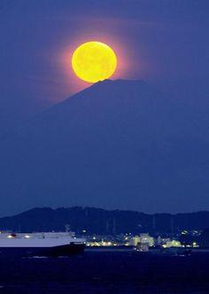 Fantastic! 'Pearl Fuji' in the early morning on 26 Feb 2013 in Japan ( ゚∀゚)o彡゚ <パール富士>満月、山頂に降臨 夜明け前の富津で観測