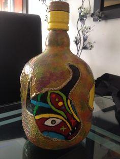Botella decorada con alusivos al Carnaval de Barranquilla